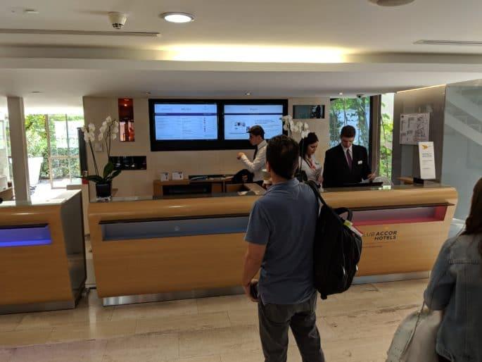 No saguão do Hotel Mercure Paris Centre Tour Eiffel.