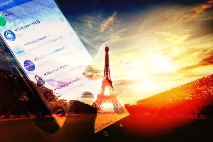 Torre Eiffel com imagem de smartphone