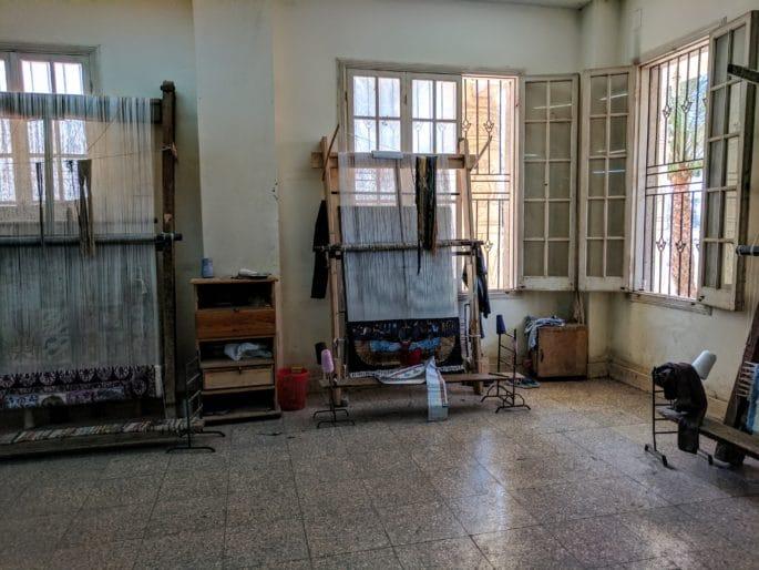 Interior da fábrica de tapetes no Egito.
