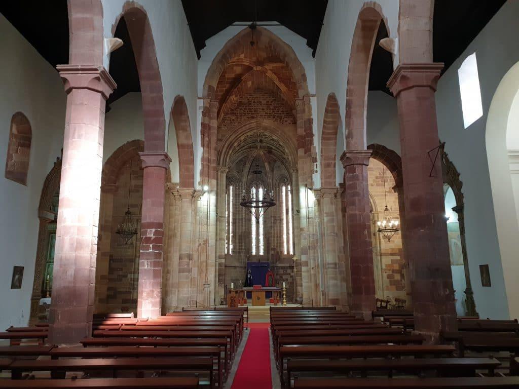 Colunas e altar, com os bancos nas laterais.