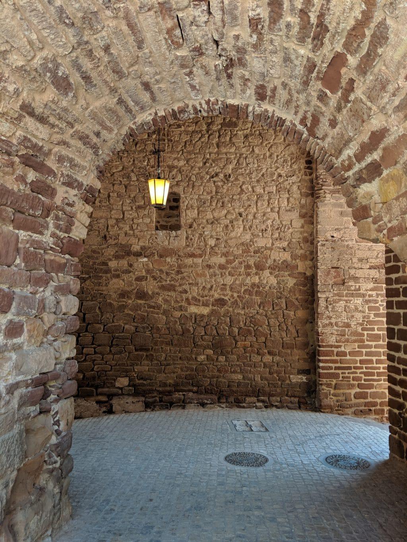 A estrutura das Portas da Cidade de Silves - interior da passagem.