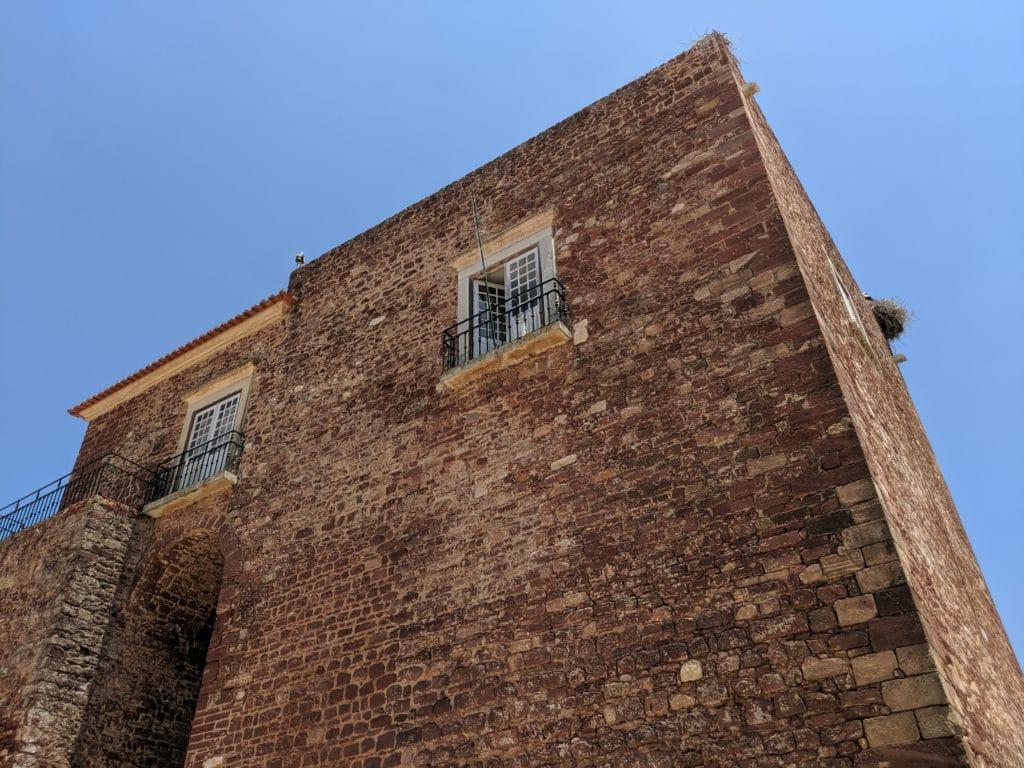 A estrutura das Portas da Cidade de Silves, com ninho de cegonha.