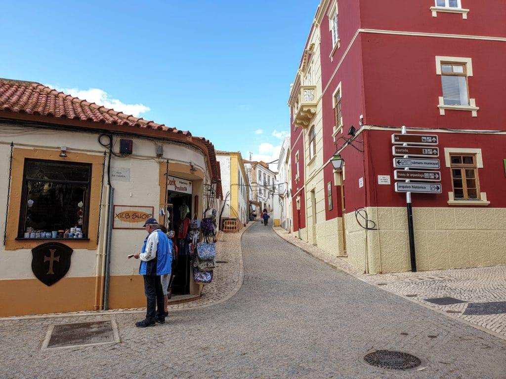 Loja e rua do centro histórico de Silves.