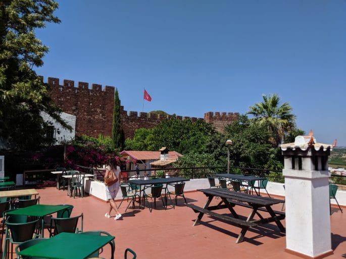 Área externa com vista do castelo.