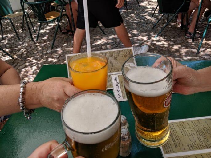 Cerveja e sumo de laranja.