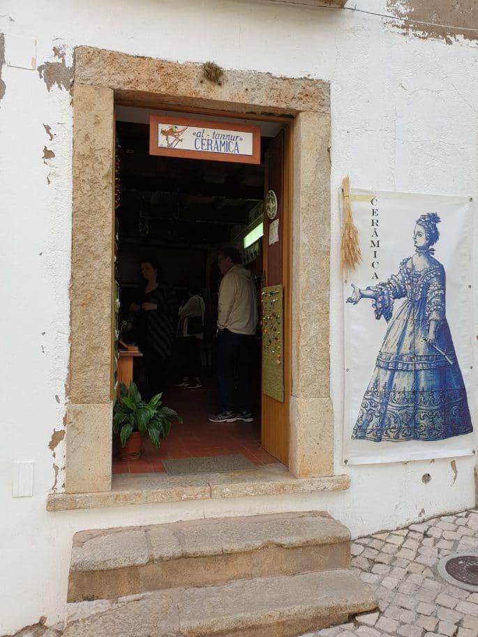 Entrada da loja Al-Tannur, em Silves.