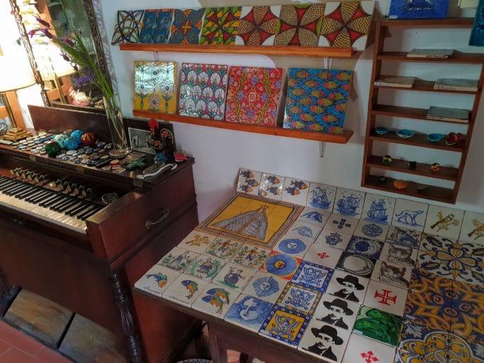 Azulejos pintados na loja Al-Tannur.