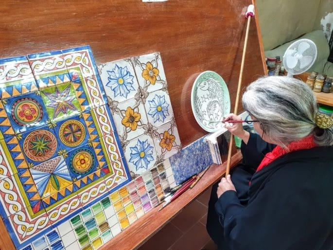 Pintura de cerâmica na loja Al-Tannur.