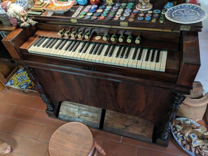 Órgão do século 19 presente na loja.