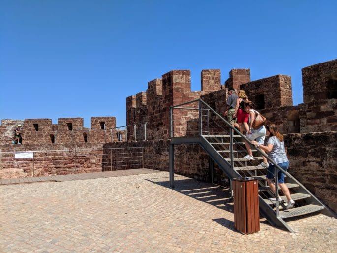 Subindo nas muralhas do Castelo de Silves.