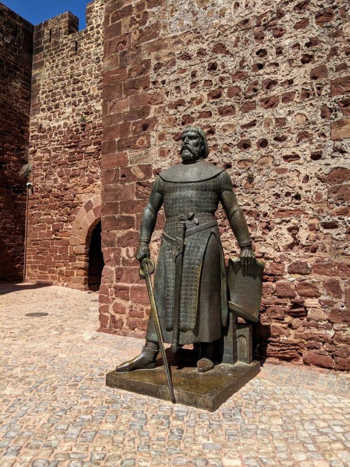 Estátua de XXXXX à entrada do Castelo de Silves.