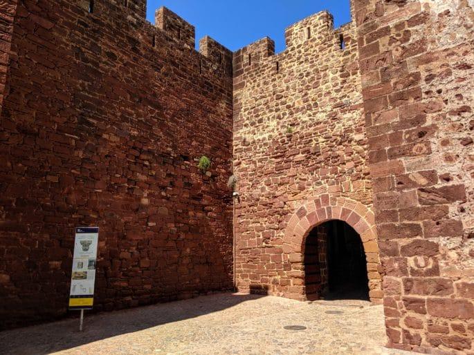 Fachada da entrada principal do Castelo de Silves.