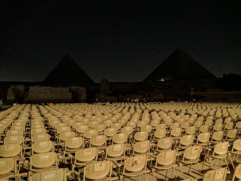 Cenário escuro antes do show.