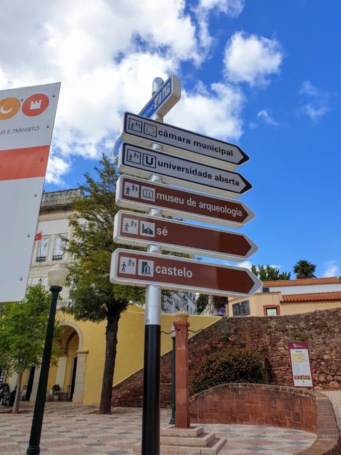 Placas com indicações de lugares históricos.
