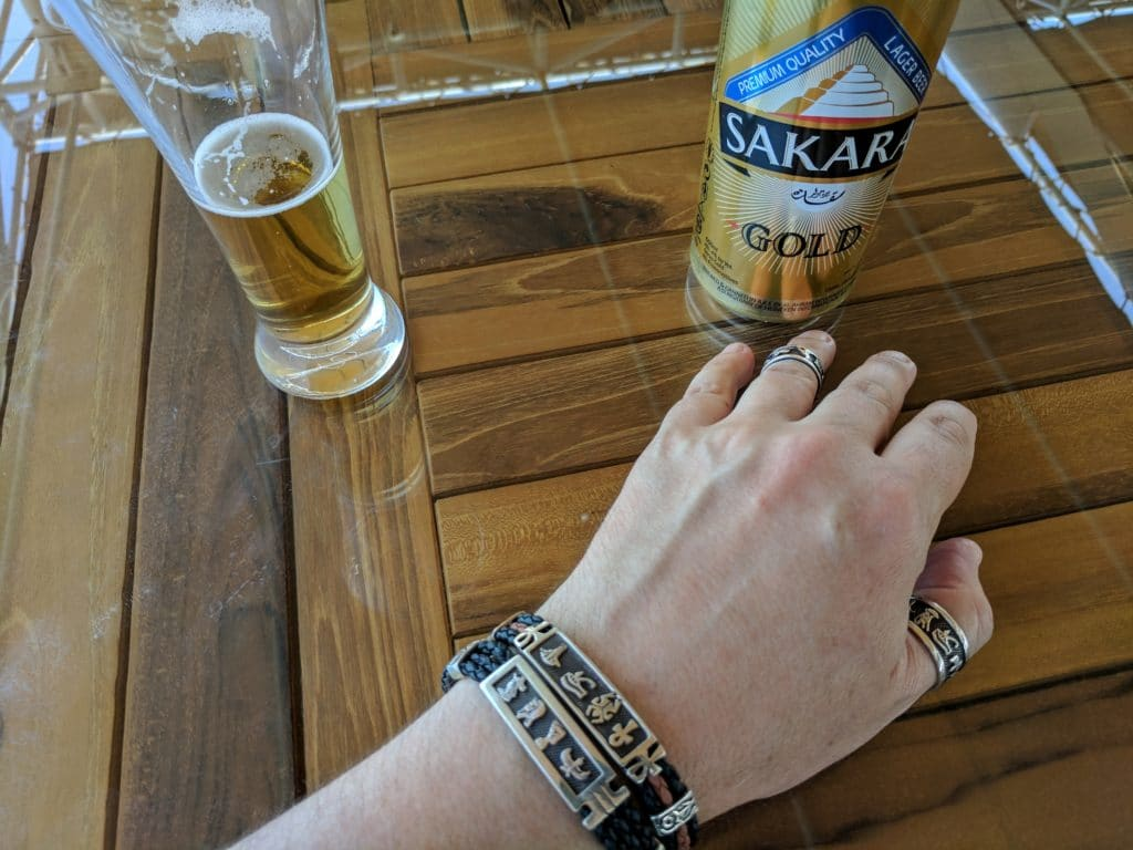 Tomando cerveja durante cruzeiro no Nilo.