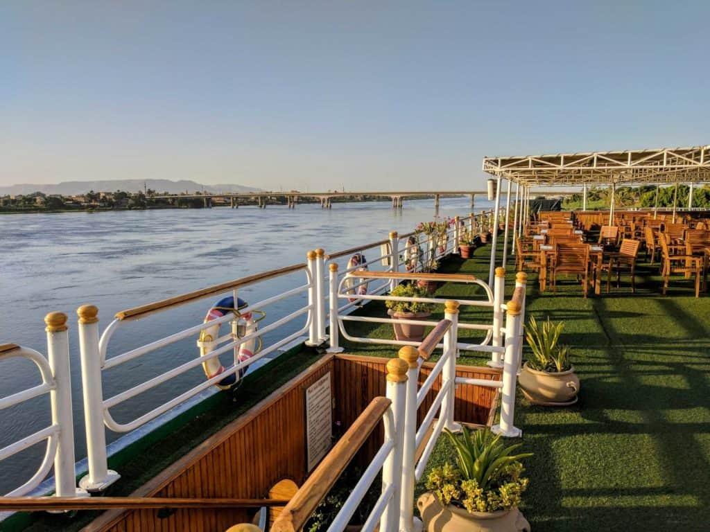 No convés do navio Radamis II, navegando pelo Rio Nilo.