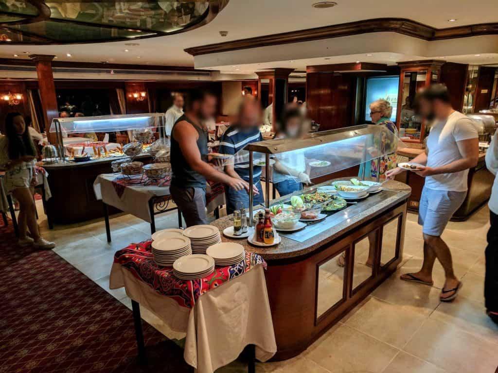 Clientes servem-se no restaurante.
