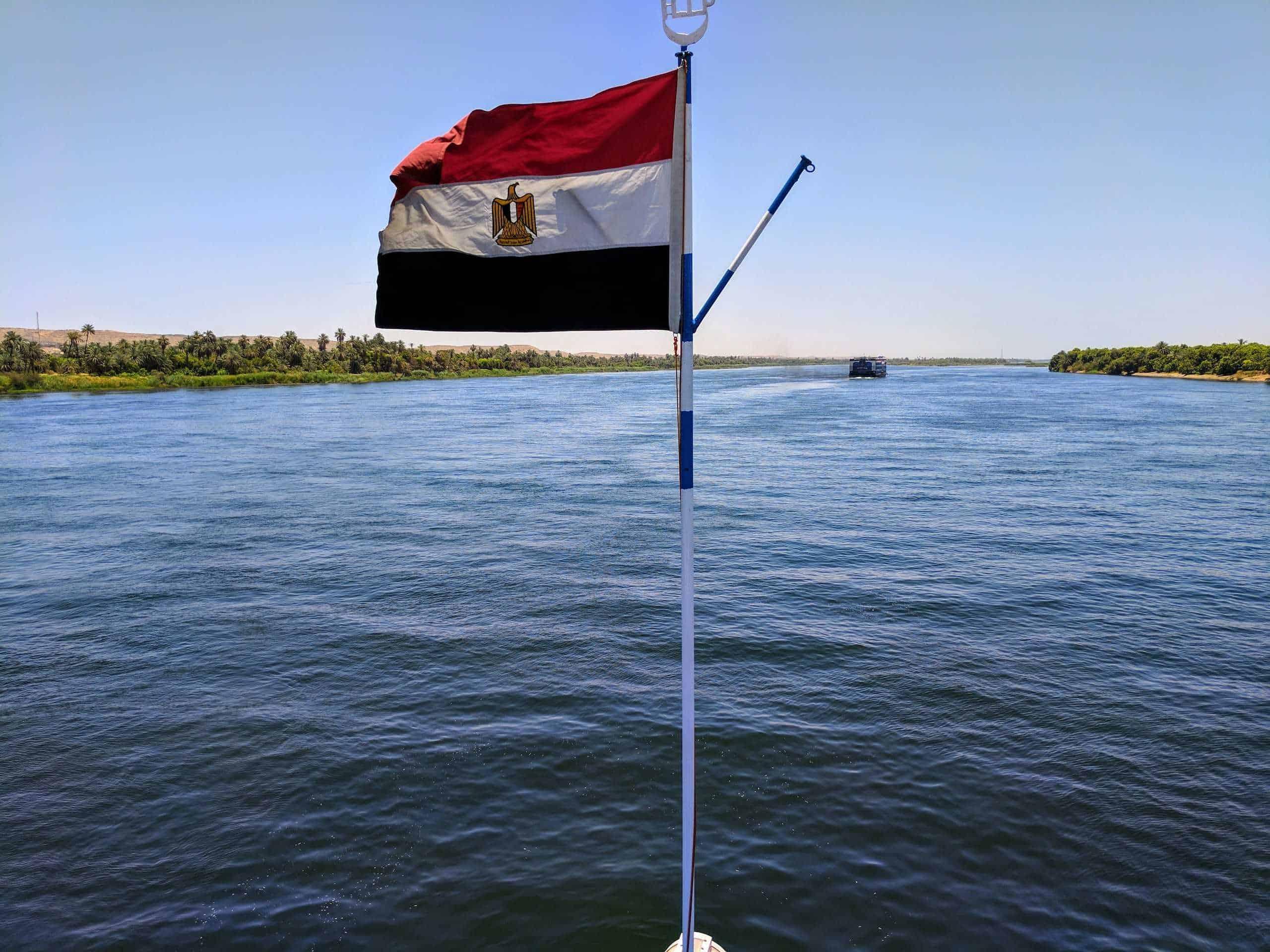 Bandeira do Egito em navio de cruzeiro no Nilo.