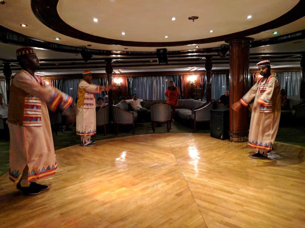 Núbios em apresentação de dança no bar.