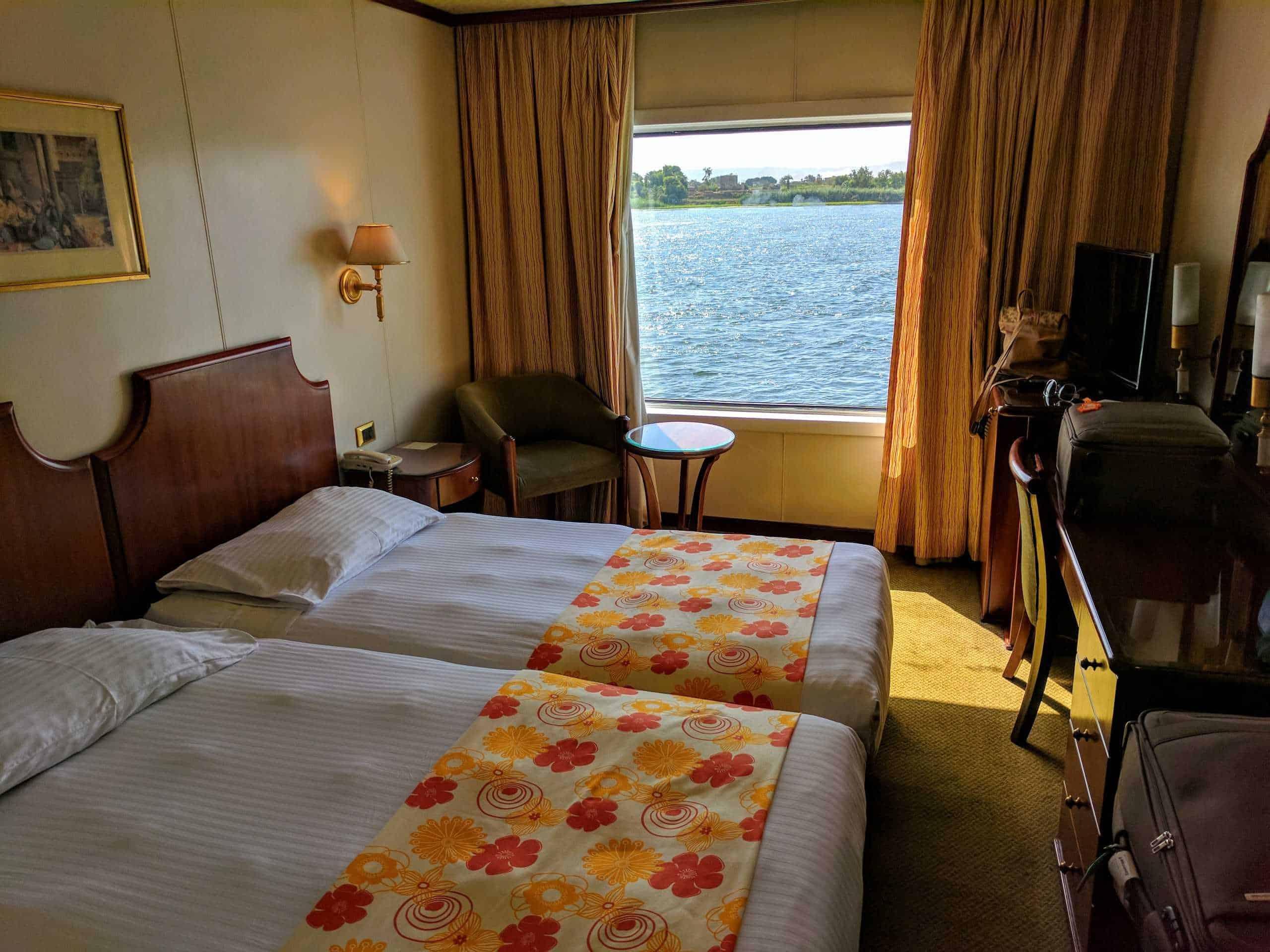Cabine no navio com vista para o Rio Nilo.