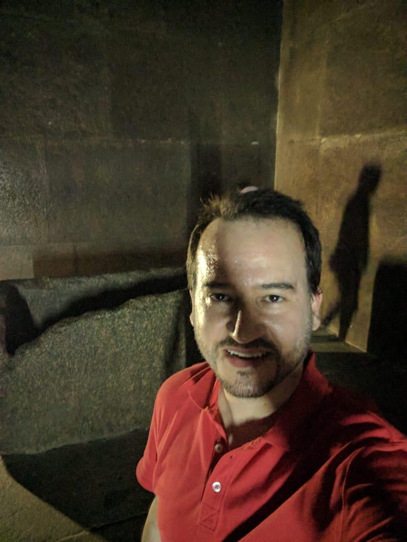 Glauco Damas dentro da Pirâmide de Quéops.