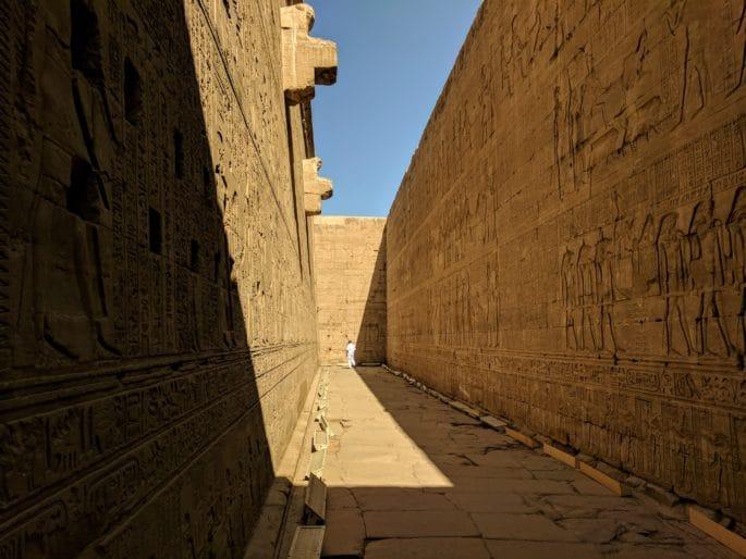 Corredor no Templo de Edfu.