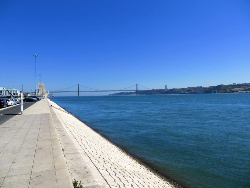 Rio Tejo com a Ponte 25 de Abril ao fundo.