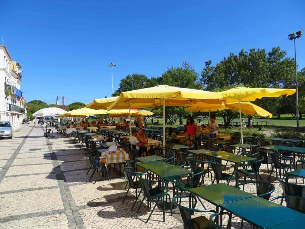 Pitoresca rua de restaurantes em Belém.